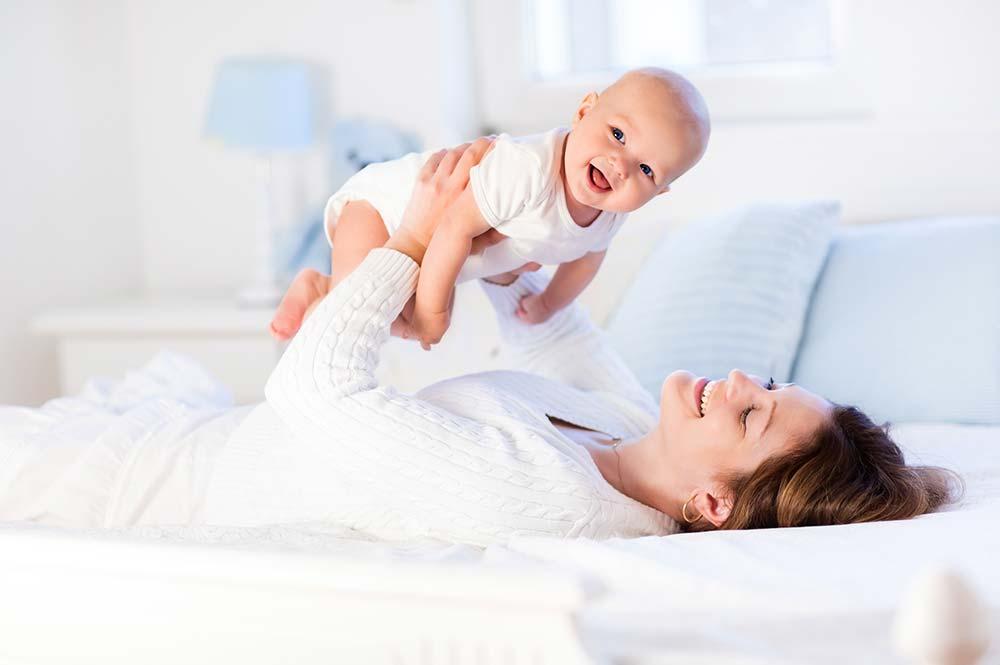 mamička na posteli s dieťaťom